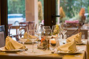 Tisch und Gläser